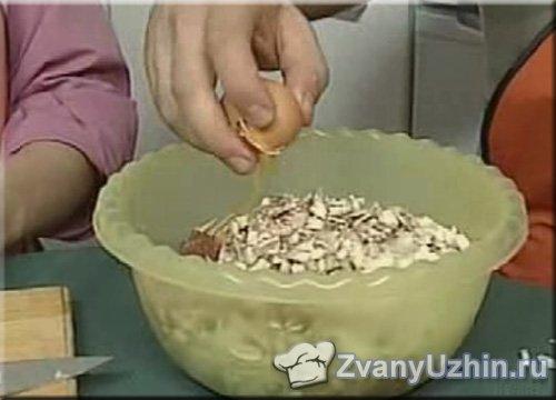 грибы и лук добавляем к говяжьему