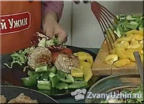 выкладываем котлеты с грибами на тарелку с гарниром
