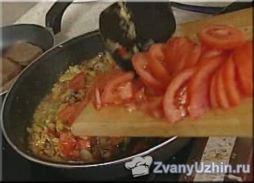 добавляем к ним помидоры