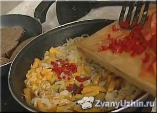 к луку и чесноку добавляем перец