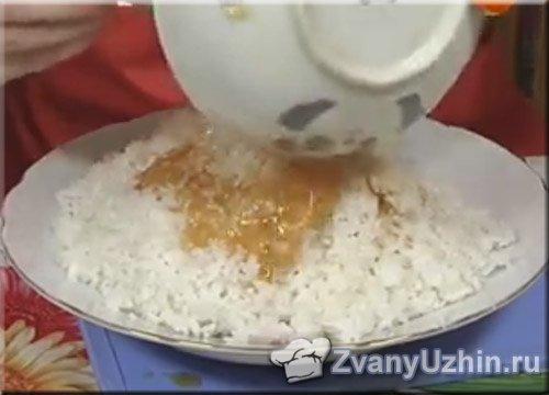 поливаем заправкой рис