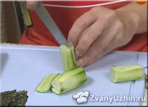 огурцы нарезаем брусочками