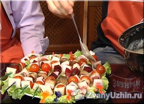 Выкладываем овощные шашлычки на тарелку