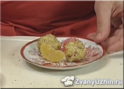 Выкладываем ореховые конфеты на тарелку