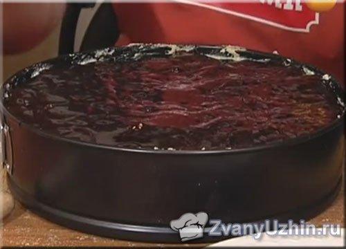 торт украшаем шоколадным сиропом