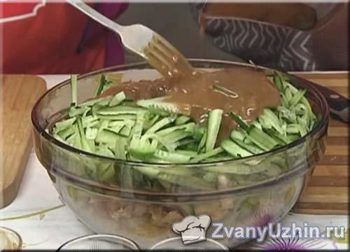 соусом заправляем салат