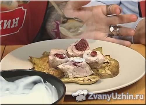 на тарелку выкладываем ломтики баклажана и кусочки куриного рулета