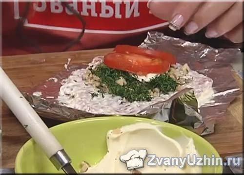 На свинину выкладываем кружочки помидора
