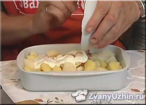 добавляем к картофелю сметану и кетчуп