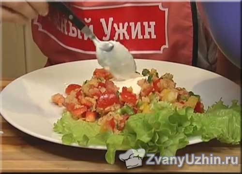 поливаем мексиканский салат соусом