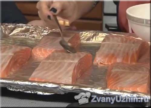 На противень выкладываем порционные кусочки лосося