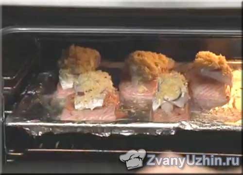 Отправляем противень с рыбой в духовку