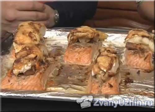 морские сокровища из двух видов рыбы с хлебно-луковой прослойкой
