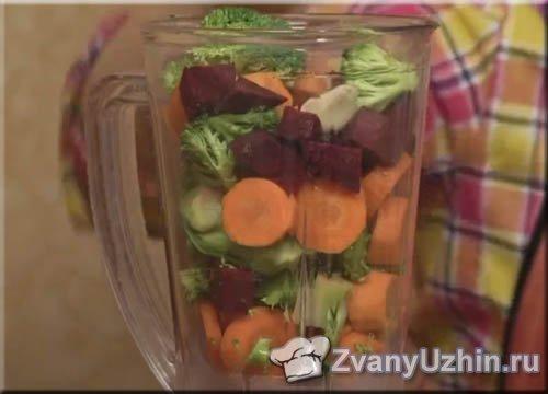 В чашу блендера отправляем овощи
